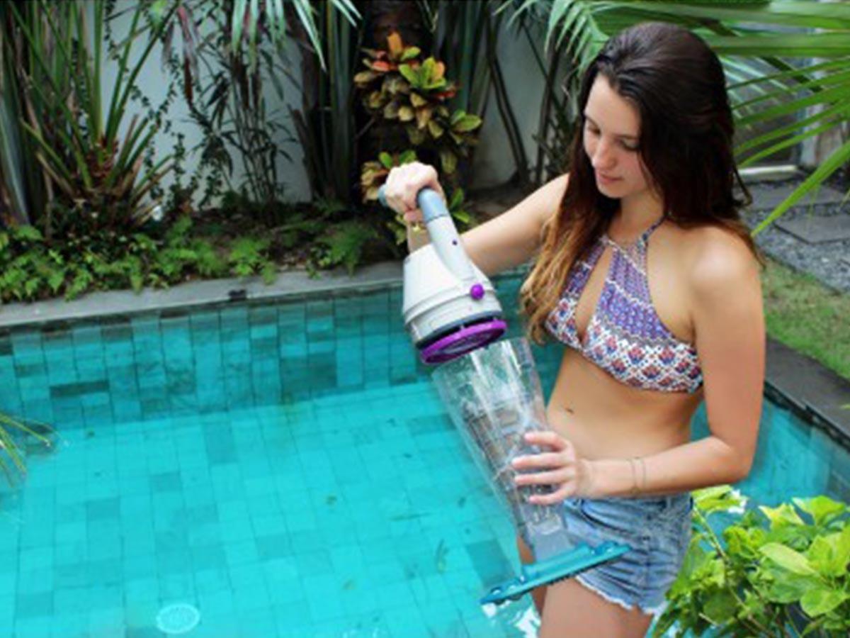 aspirateur piscine a main
